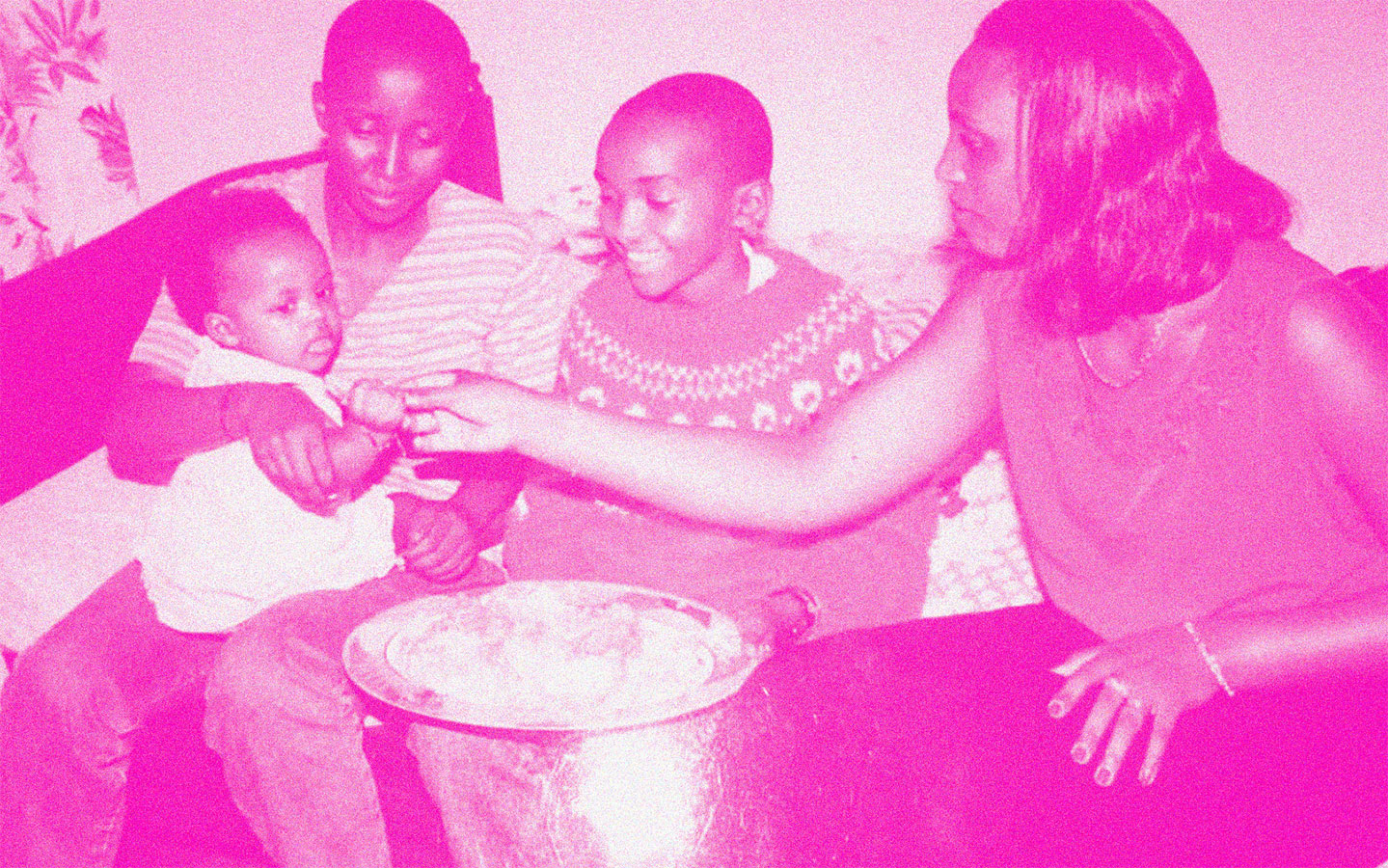 Famille partageant un repas d'anniversaire